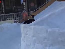 幼儿园人工造雪建冰雪滑道 网友纷纷表示羡慕哭了