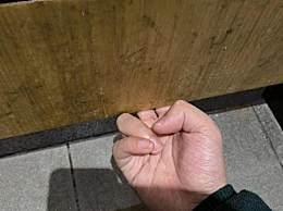 杨迪手动锁厕所门 厕所门锁坏了杨迪用手勾住厕所门