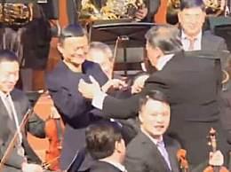马云指挥交响乐 辞职后跨行当音乐家