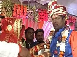 新人婚礼戴洋葱花环 印度洋葱涨价和黄金一样珍贵