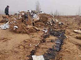 山东郓城复垦地偷埋固废 渗出黑色污水散发化学品气味