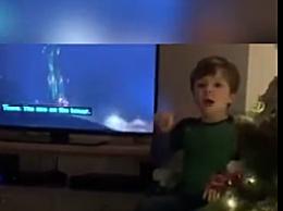 暖心!4岁男孩用手语为听障父母讲解电视