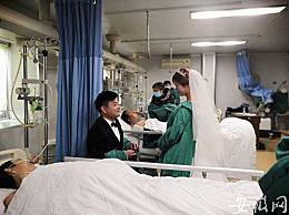 小伙在父�H病床前�k婚�Y 特殊婚�Y令人�I目