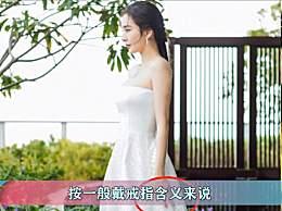 杨幂平安夜美照 白色婚纱抹胸裙肤白如雪
