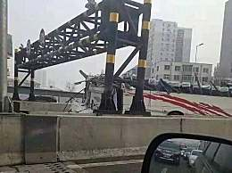 沈阳大巴车撞限高 大客车撞限高杆被削掉车顶变敞篷车