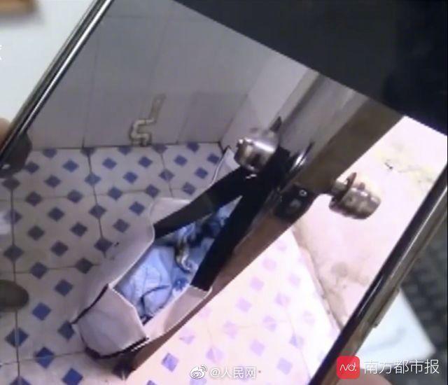 心疼!新生女婴被扔公厕 装袋挂在把手上