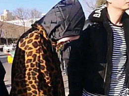 宋祖儿现身央视春晚审查 身穿豹纹外套围挡超严实