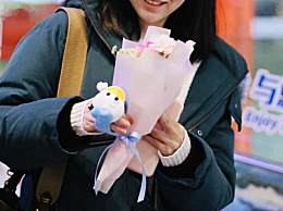 张靓颖最新机场照曝出 手捧玫瑰人比花娇!