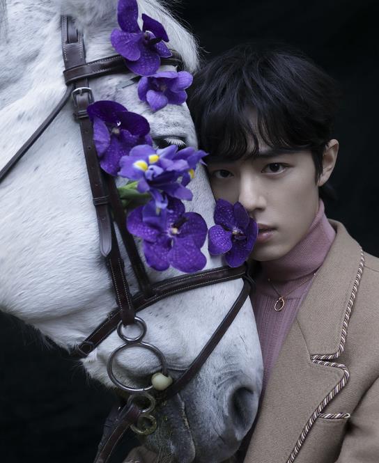 肖战白马骑士造型 手牵白马变身忧郁王子