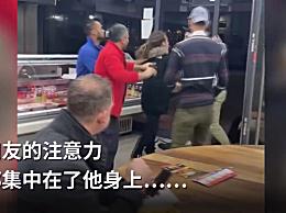 英国一男子餐厅内边吃饭边观察打架  全程淡定