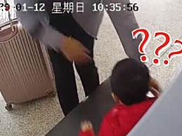 爸爸着急把孩子放进安检仪 这心可真够大的