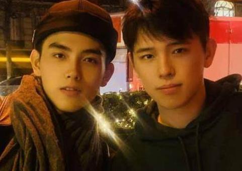 陈飞宇与亲哥哥合影 两人长得贼像陈红