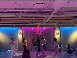 汪峰大女儿小苹果晒跳舞视频 穿露脐装C位跳舞气场扑面而来!