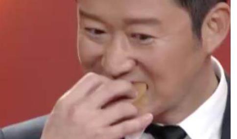 吴京把道具蛋糕给吃了!大哥一秒变表情包