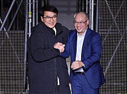 成龙巴黎跨界走秀 与李宁携手谢幕