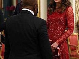 梅根抱娃遛狗与凯特王妃呈鲜明对比 阿奇穿HM衣服走勤俭路线