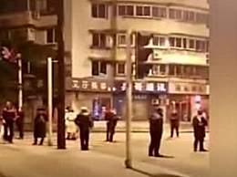 市民逃生不忘戴口罩 成都市青白江区发生5.1级地震