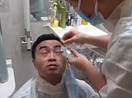 央视记者被护士摁住冲眼睛 网友:这封面看着就疼了