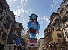 印度烧新冠怪物塑像 希望通过这种方式消除病毒
