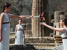 希腊暂停圣火传递 大量民众聚集围观不戴口罩