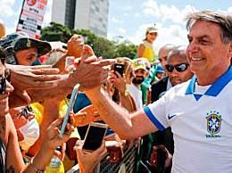 巴西总统与民众自拍 未出隔离期就公开现身引发舆论抨击
