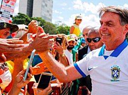 巴西总统与民众自拍 未出隔离期引争议