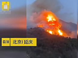 北京延庆森林火灾火势得到控制 消防员正在看守火场,以防复燃