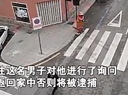 西班牙男子穿魔暴龙服倒垃圾被警告:不回家就被逮捕