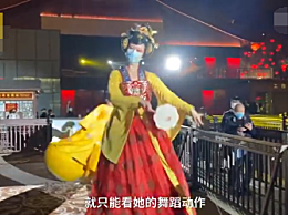 不倒翁女孩戴口罩演出 现场观众需排队间隔1米观看
