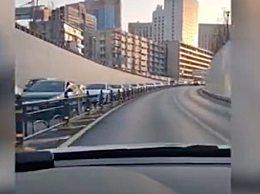武汉街道现百米长堵车现象 胜利就在眼前