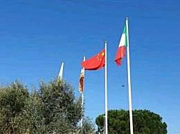欧盟旗帜被降下 意大利居民自发升起中俄国旗表示感谢