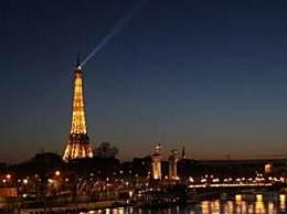 埃菲尔铁塔亮灯致敬 法国已有5名医生因牺牲
