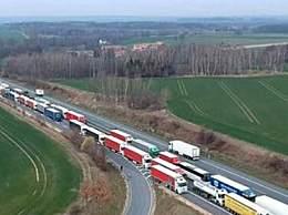 欧盟公路濒临崩溃 货车司机苦等十几小时过关