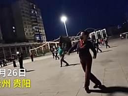 大妈戴口罩间隔5米跳广场舞