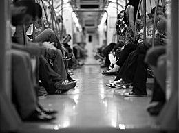 """纽约穷人被迫挤地铁去工作 疫情下纽约地铁也被画上""""不平等""""的符"""