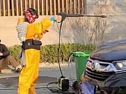 网友偶遇郑爽洗车
