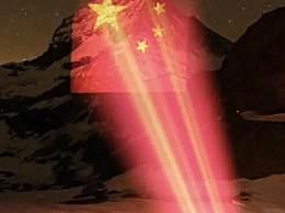 名峰投影五星红旗 病毒无国界全世界共同抗疫