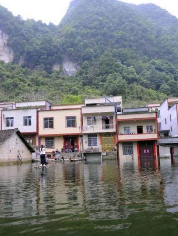 广西村庄被淹成水村 村民每天乘竹筏出门