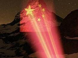 丽江玉龙雪山升起瑞士国旗