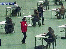 韩国7000余人露天考试考卷被吹走