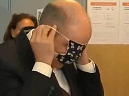 比利时高官试戴口罩官员
