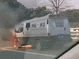 福建一运钞车自燃 所幸车厢物资未受到损失