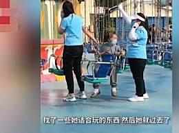 玩心不老!70岁老奶奶执意玩摇摆伞 工作人员苦劝一小时