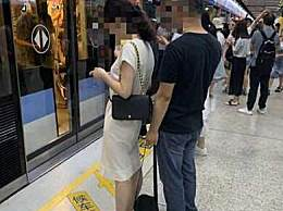 """女乘客地铁站被偷拍裙底 反拍""""色狼""""照片报警"""