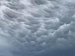 北京上空现袋子形状的乳状云