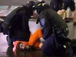 美国警察膝盖压示威者