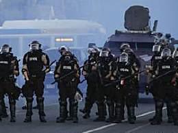 美国警方对俄记者使用催泪喷雾