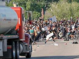 美国油罐车撞抗议者