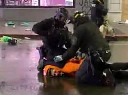 西雅图警察逮捕示威者时跪脖