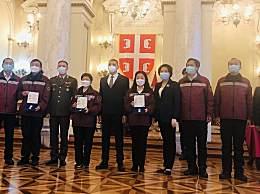 """塞尔维亚向中国抗疫专家授勋 """"来的时候是外国人,走的时候是朋友"""